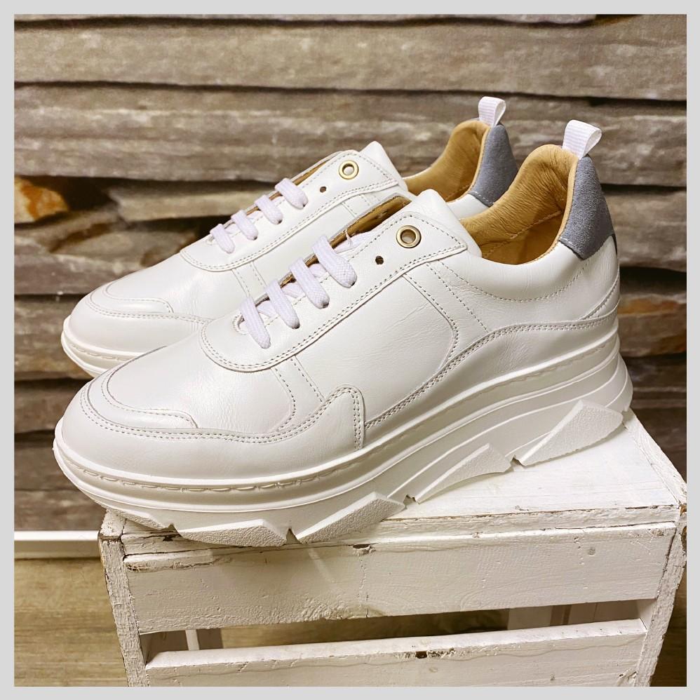 KMB. Hvite sneakers